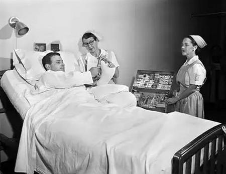 """Le conseguenze del cosiddetto pensiero scientifico: negli anni '50 negli USA era possibile acquistare sigarette persino nel letto di un ospedale, offerte dalle stesse infermiere. Ciò avveniva sulla base di ricerche scientifiche che """"dimostrarono"""" l'assoluta innocuità del fumo. Solo più tardi emerse che tali ricerche vennero finanziate dalle multinazionali del tabacco."""