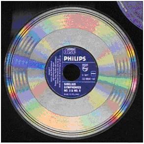 A pochi mesi dal lancio ufficiale del CD ancora non vi era certezza neppure sul formato che avrebbero dovuto avere i dischi utilizzati dal nuovo sistema. Qui un diisco Philips ancora in formato a 14 bit, che aveva l'incisione su entrambe le facce e l'etichetta centrale in stile LP.