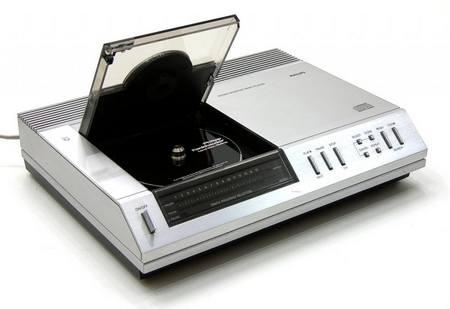 Il Philips CD 100 aveva doppi convertitori a 14 bit e sovracampionamento di fattore 2, particolari resisi necessari per il passaggio da 14 a 16 bit deliberato in extremis per il formato CD.