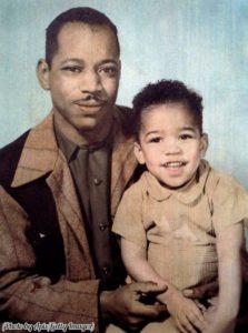 Il piccolo James Mashall insieme al padre Al