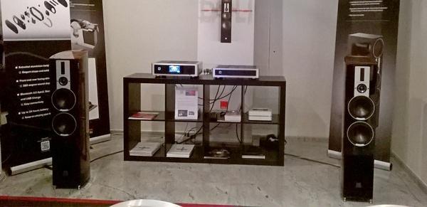 La saletta Audio Time, con diffusori Dali ed elettroniche NAD.