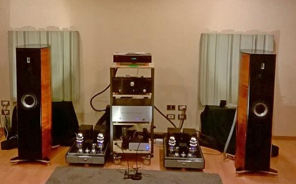 La saletta Capecci Audio, con i nuovi diffusori a pareti curve.