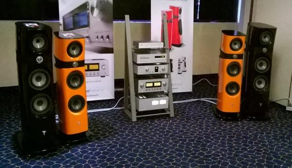 La saletta Tecnofuturo, con diffusori Focal ed elettroniche Luxman.