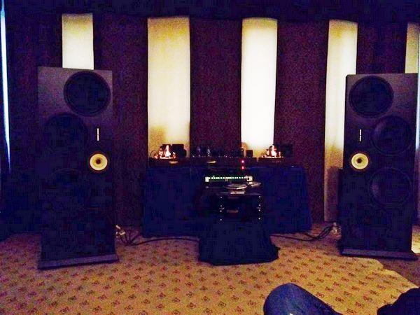 Per ultimo, ma non meno importante l'impianto di The Sound Of The Valve, con diffusori dotati di 4 woofer da 38 cm ciascuno, mid biconico e tweeter a nastro. La semioscurità in cui era immersa la saletta non ha permesso di ottenere un'immagine migliore.